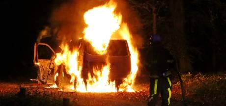 Volkswagenbus brandt volledig uit in Knegsel