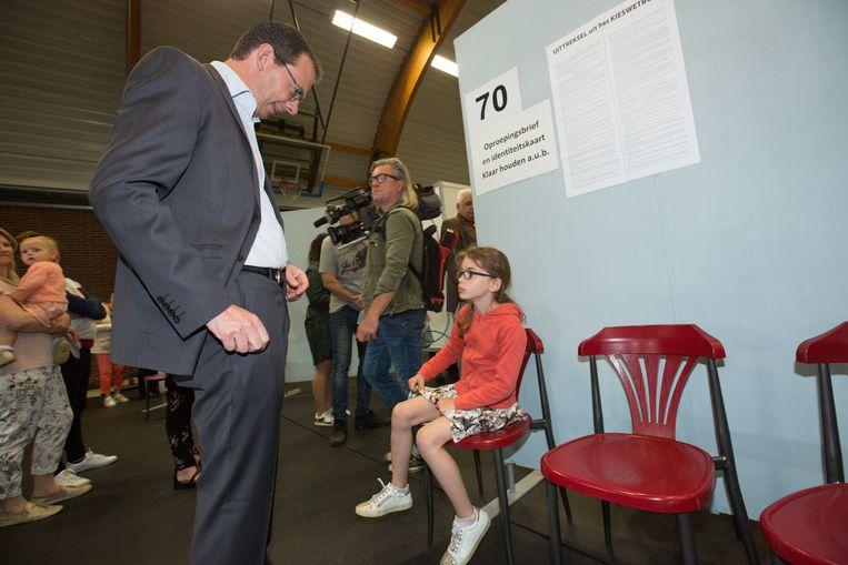 Wouter Beke gaat stemmen in Leopoldsburg  Met dochter Nette