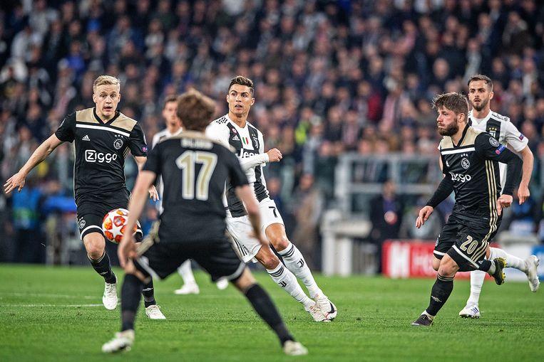 Cristiano Ronaldo in de aanval tussen  Ajacieden, v.d. Beek, Blind, en Schone.  Beeld Guus Dubbelman