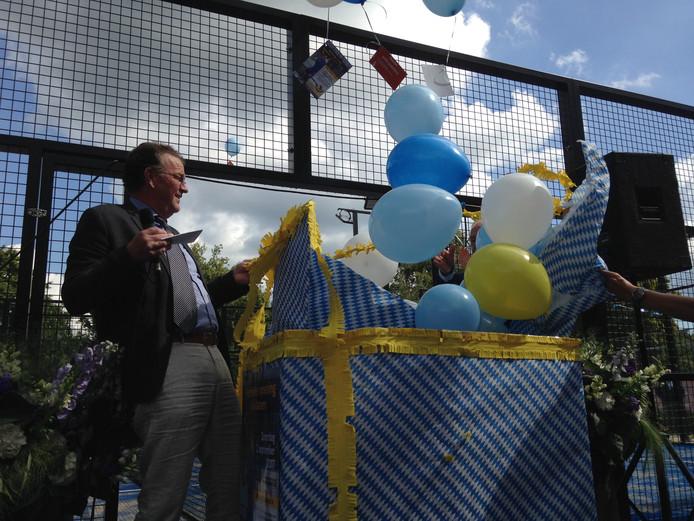 Voorzitter Timo Osse van Tennisvereniging Berkel Enschot opent de nieuwe padel banen.