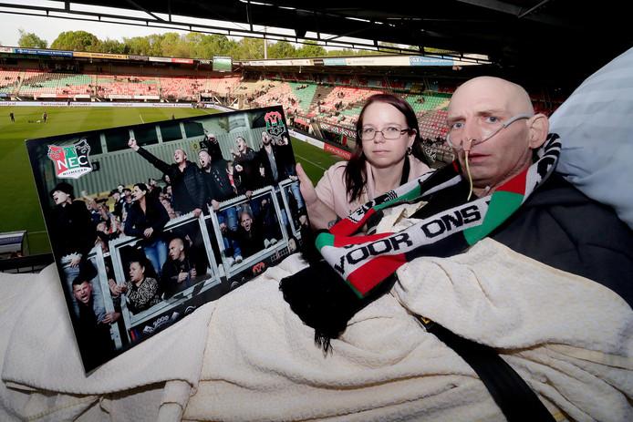 NEC-supporter Henk in het bed op de tribune.