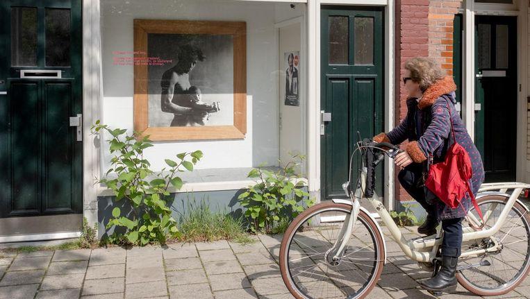 De etalage in Van Hallstraat 13 met werk van F. Starik. Beeld Jakob Van Vliet