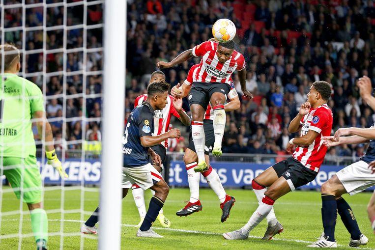 Steven Bergwijn (PSV) scoort het zesde doelpunt in de wedstrijd tegen Willem II. Beeld EPA