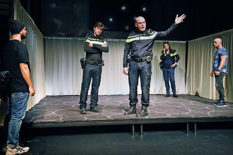 Acteurs van Productiehuis Plezant spelen het theaterstuk 'Rauw' over dilemma's bij de politie. Beeld Guus Dubbelman