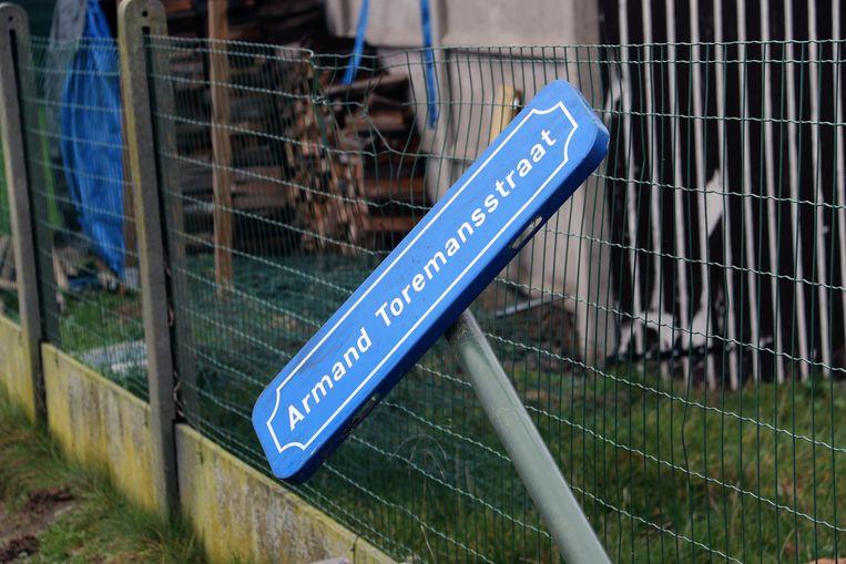 Het nieuwe straatnaambord van de Armand Toremansstraat.