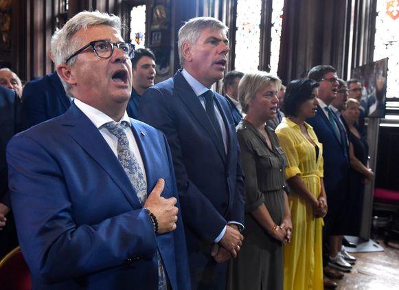 Dewinter gisteren bij de 11-juliviering in het Brusselse stadhuis naast Kris Van Dijck, die niet veel later ontslag nam.