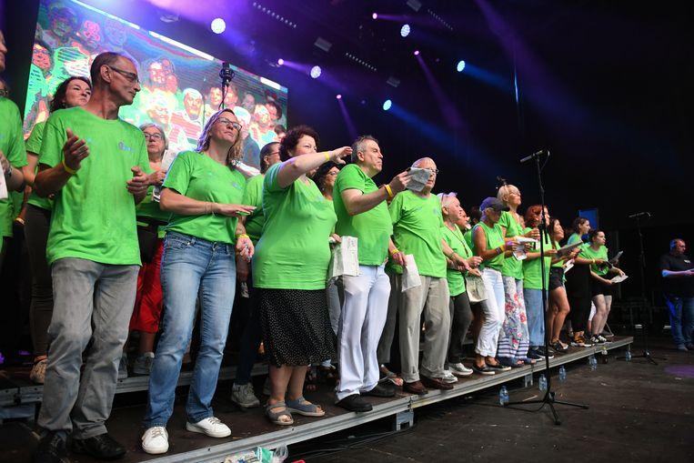 De voorzangers staan mee op het podium om de liedjes ten berde te brengen.