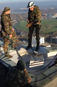 Militair 13 Lichte Brigade breekt been bij abseilen Provinciehuis Den Bosch