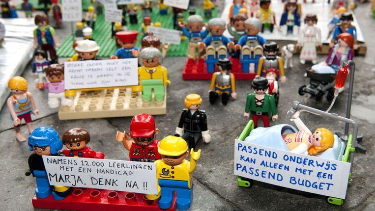 3e4ca124ff0 ... gehandicapte playmobilpoppetjes demonstreerden begin 2012 op het  Binnenhof in Den Haag tegen de voorgenomen bezuinigingen op het passend  onderwijs.