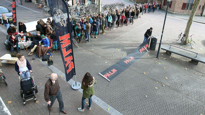 Een lange rij bierliefhebbers in Wageningen in beter tijden voor de café's.