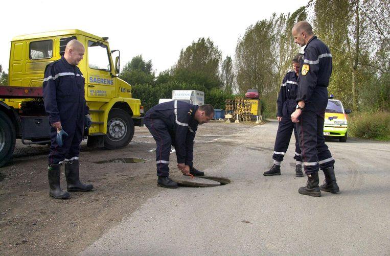Ellen werd dood teruggevonden onder deze rioolput langs de Boomsesteenweg in Willebroek na bekentenissen van de dader.