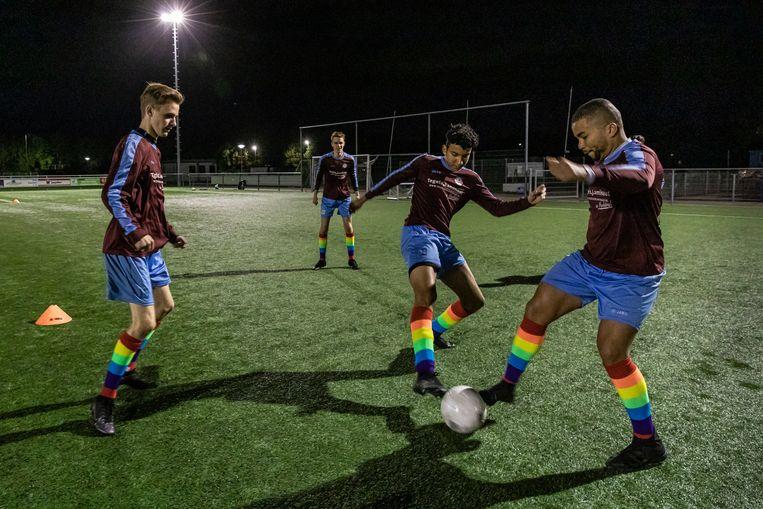 Overbos 1 trainde eerder deze week alvast met de kleurrijke sokken. Rechts aan de bal Remco Cicilia.  Beeld Dingena Mol