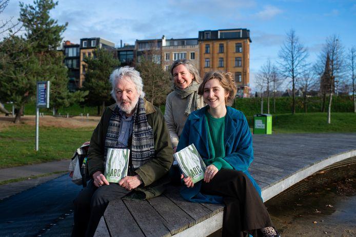 Hugo Van Dienderen, zijn kleindochter Amber Paris en zijn dochter Ilse Van Dienderen in Park Spoor Noord, groene long in de stad.