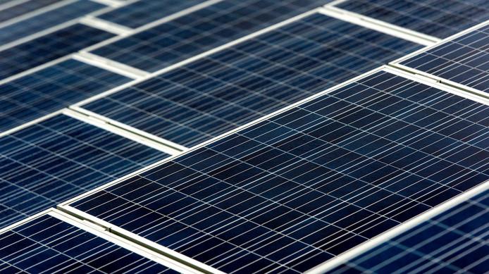 Het nieuwe zonnedak levert genoeg energie om 1250 huishoudens jaarlijks van stroom te voorzien.