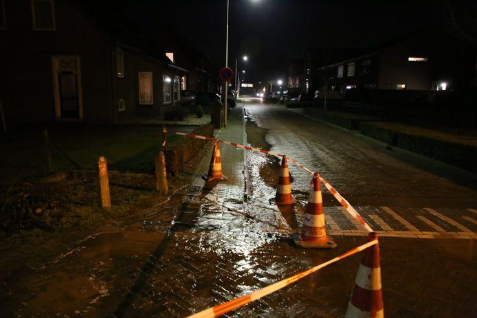 Er stroomt veel water uit het gat waarin de breuk zich bevindt.