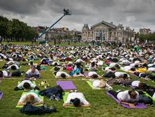 Zo werd de Internationale Dag van de Yoga in Amsterdam gevierd