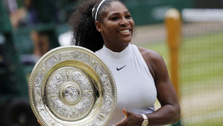 Serena Williams met de prijs voor de winnares van Wimbledon. Beeld null