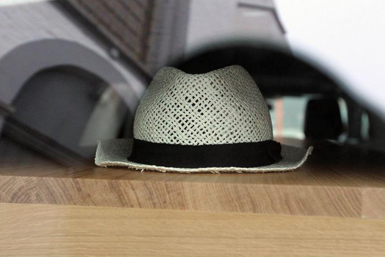 Joris' onafscheidelijke hoed op de kist.