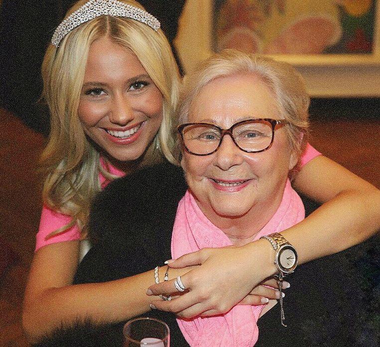 Miss België Celine Van Ouytsel met haar oma.