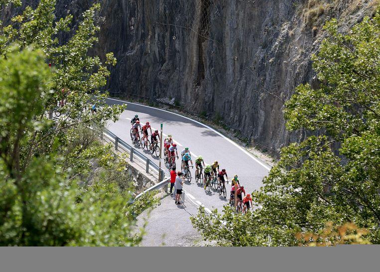 Renners in de bergen van Andorra.  Beeld EFE/ Javier Lizon