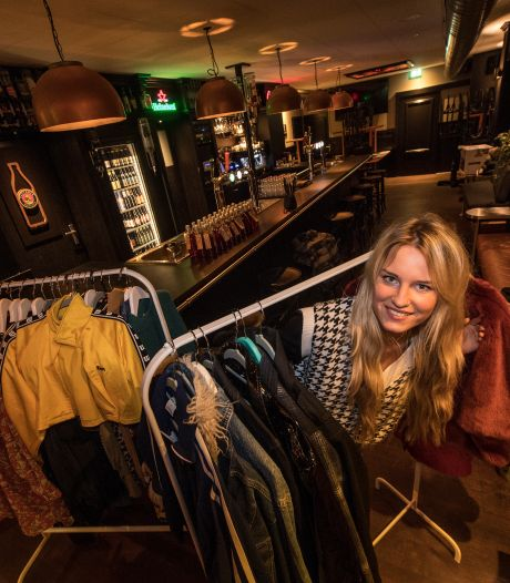 Roos verkoopt nu kleding in haar café: 'Bij meeste dozen komt de bodem al aardig in zicht'