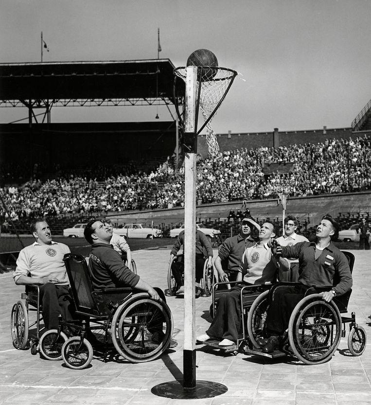 Op Bevrijdingsdag 1956 geven De Rollende Leeuwen in het Olympisch Stadion in Amsterdam een sportdemonstratie. Beeld Hollandse Hoogte