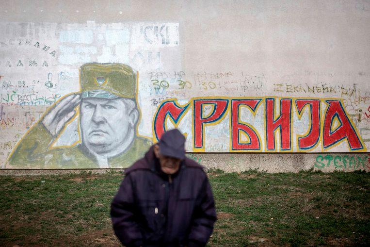 ► Een Bosnische Serviër voor een portret van Mladic. 'Hebben alle gestorven Serviërs zichzelf vermoord?', klinkt het verontwaardigd.