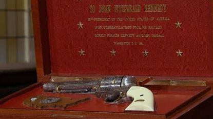 Record in 'Stukken van Mensen': revolver die JFK van zijn broer Bobby cadeau kreeg, is met 350.000 euro duurste stuk ooit