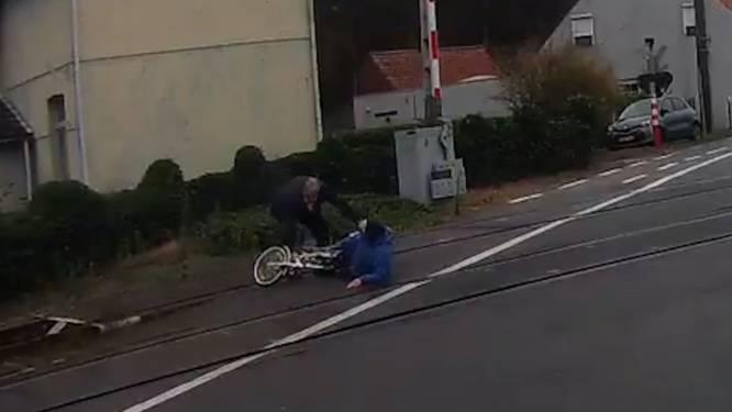 Heldhaftige buschauffeur redt vrouw van de sporen terwijl lichten al op rood springen