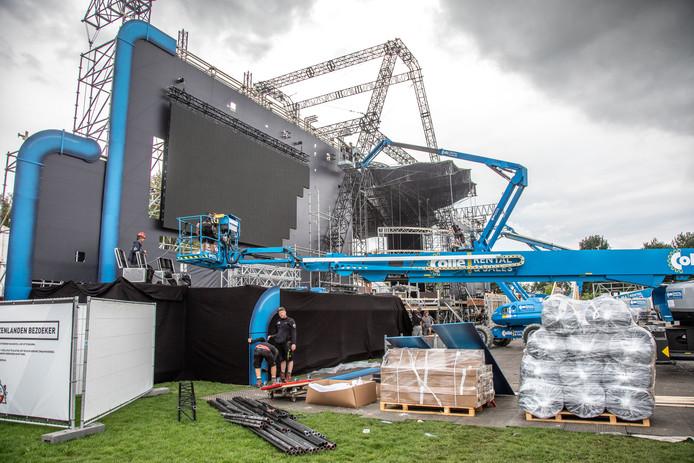 De opbouw van Vliegende Vrienden van Amstel Live! is al in volle gang in en rond Park de Wezenlanden in Zwolle. Buurtbewoners voelen zich slecht geïnformeerd.
