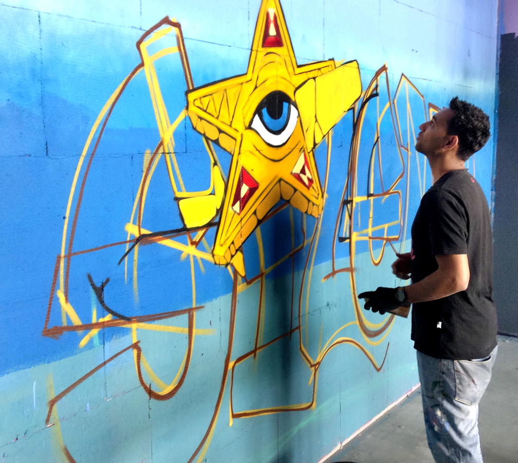 Steven Hopman aan het werk bij de Graffiti Jam van 2016