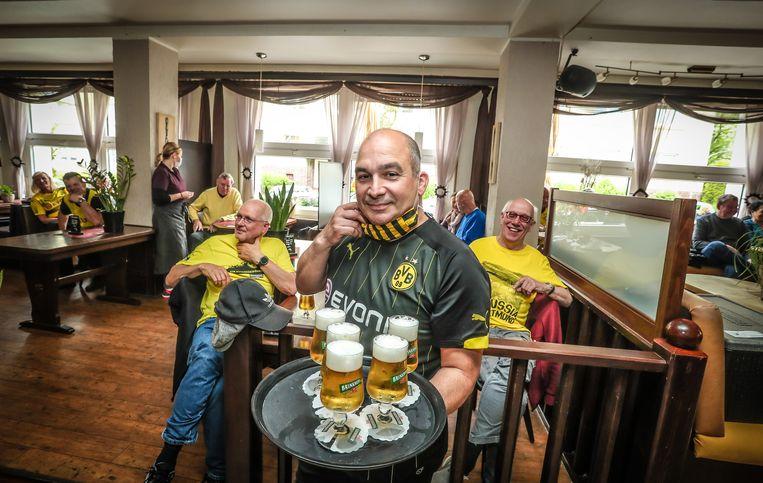 """In café 'Zur Sonne' volgen zo'n 35 fans van Dortmund de wedstrijd tegen Schalke op tv. """"Normaal zit het hier stampvol met 200 man."""""""