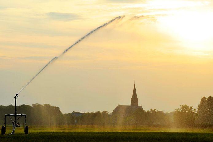 'Het is begrijpelijk dat agrariërs in nood grijpen naar beregening', zoals hier bij de Beekse Dijk in Goirle.
