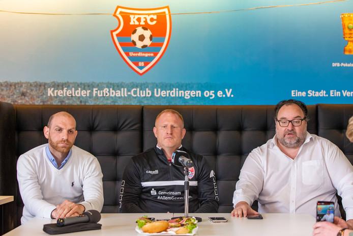 Heiko Vogel (midden) werd op 30 april van dit jaar voorgesteld als de nieuwe trainer van KFC Uerdingen. Woensdag, vijf maanden later stuurde eigenaar Mikhael Ponomarev (rechts) zijn trainer alweer de laan uit. Links naast Vogel, directeur Nikolas Weinhart.