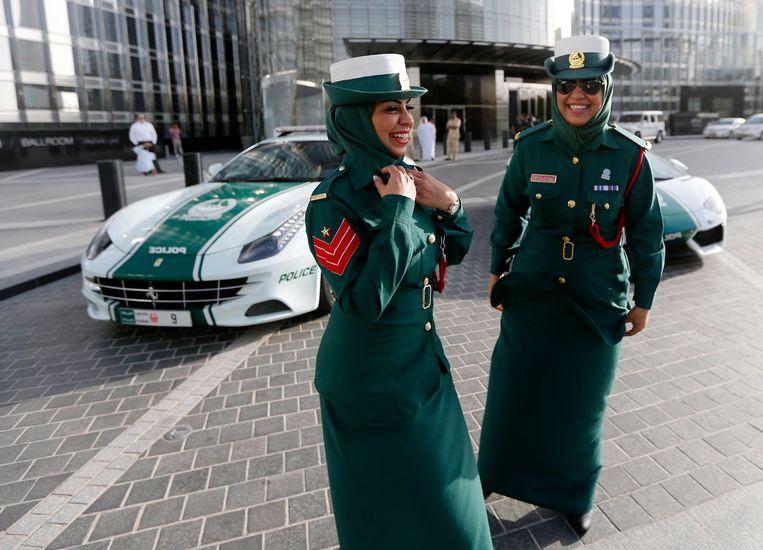 Twee agentes poseren met de Ferrari-patrouillewagen (links).