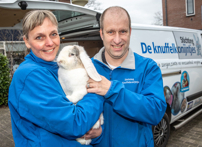 Angela en René te Wierik met een van hun speciaal getrainde konijnen.