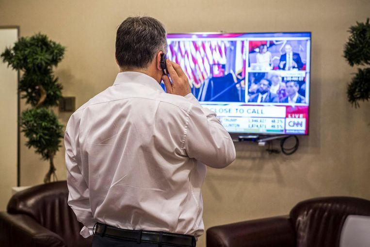 'Gefeliciteerd, goed nieuws, de democratie leeft nog', schreef Orbàn bij deze foto op Facebook. Beeld Facebook