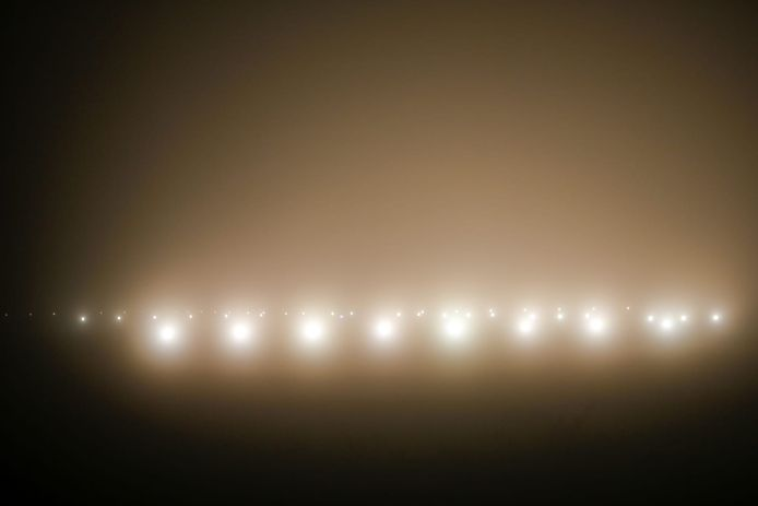 De landingsbaan van Eindhoven Airport in de mist