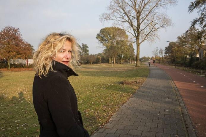 Buurtbewoner Mariëlle Nollen vindt de bomenkap aan het Helmondse Sjef de Kimpepad onnodig.