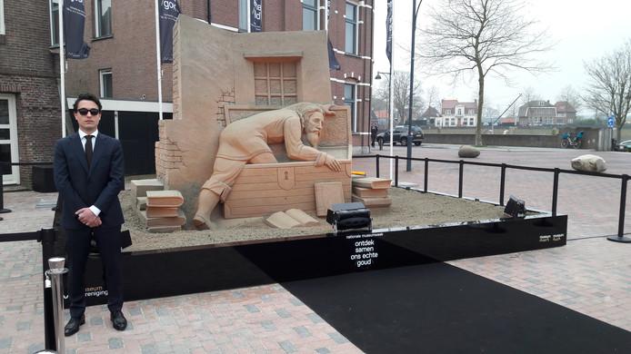 De metershoge zandsculptuur op de Waalkade in Zaltbommel die de ontsnapping van Hugo de Groot per boekenkist uit Slot Loevestein verbeeldt.