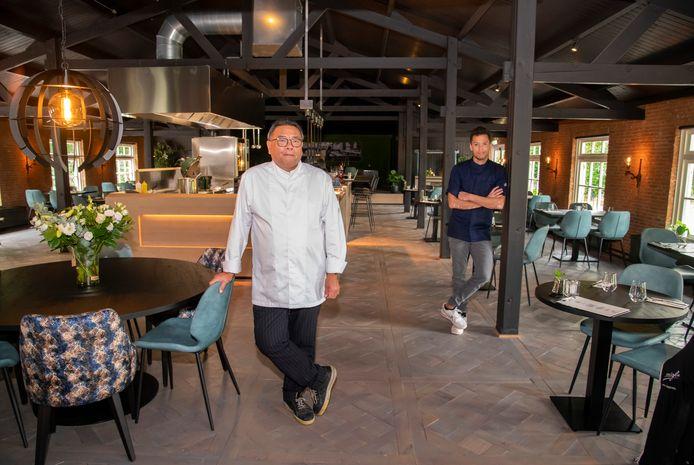 Vader en zoon Frits en Jeffrey Schoonderwal in hun nieuwe restaurant. Amore is gevestigd in het voormalige Partycentrum Slenkenhorst, aan de Strokelweg in Harderwijk.
