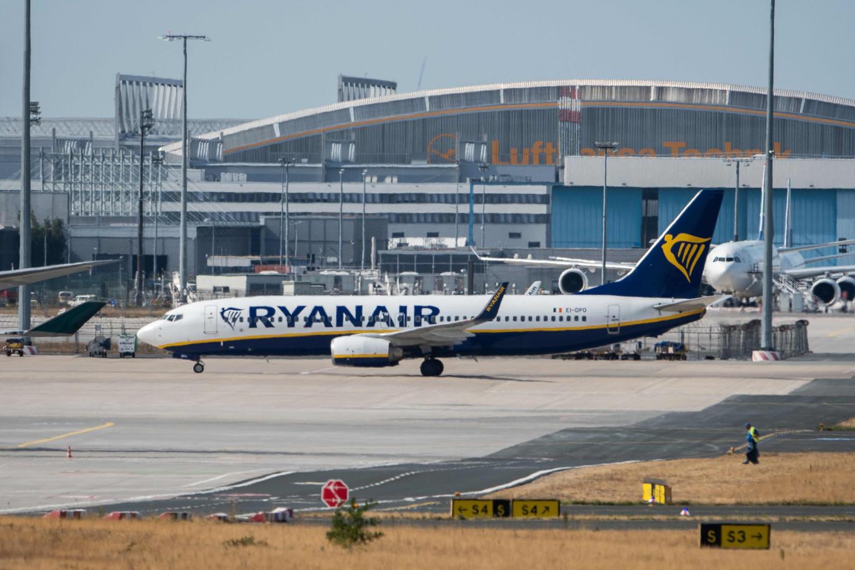 Een Ryanair-toestel taxiet naar de terminal op de luchthaven van Frankfurt.