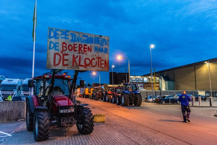 Boze boeren blokkeren in -en uitgang van het distributiecentrum van Albert Heijn in Tilburg.