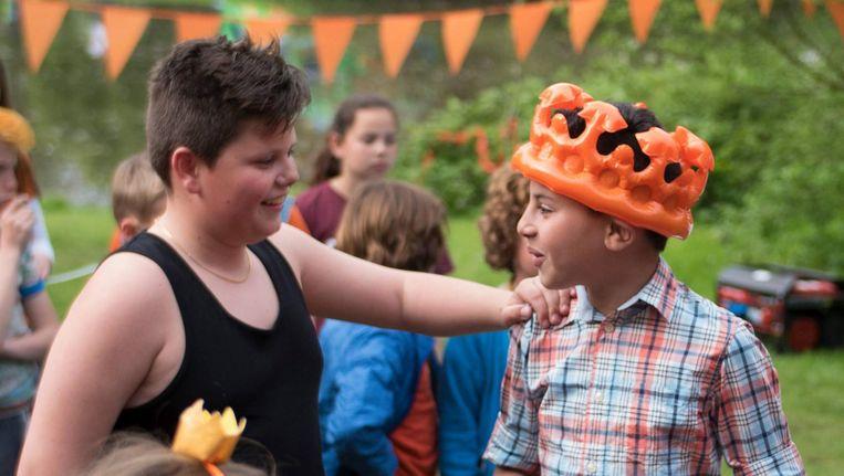 Koningsdag vertelt over een groep kinderen die op Koningsdag met hun ouders op de vrijmarkt in het Vondelpark staat. Beeld NTR