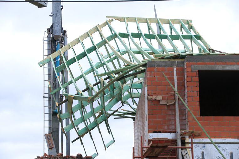 In de Kemphoekstraat werd het dakgebinte van een woning in aanbouw weggeblazen.