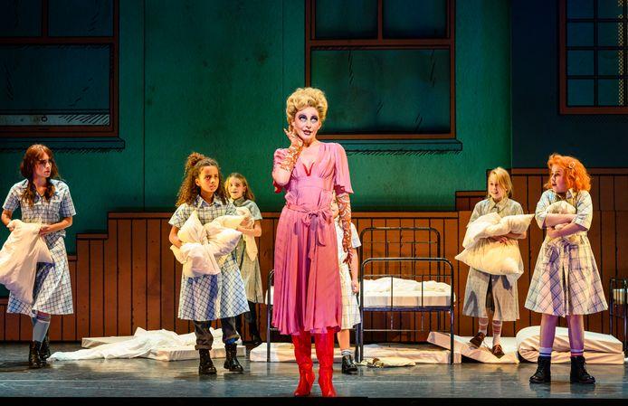 Willemijn Verkaik als juffrouw Hannigan, met rechts Annie.