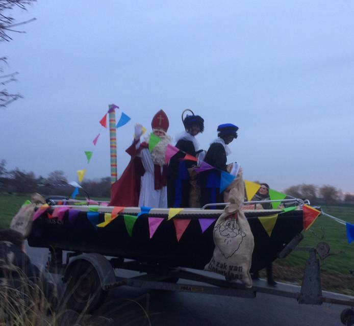 In de Meije paste de boot niet door de sloot. Met behulp van een kar konden de Sint en pieten toch de Milandschool bezoeken.