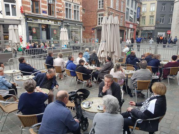 Iets na 8 uur liepen de terrasjes op de Grote Markt al vol en dat is toch wel uitzonderlijk op een dinsdagochtend na de paasvakantie.