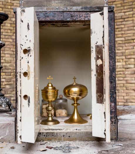 Voor het eerst in afgebrande kerk Hoogmade: 'Wonder dat inhoud tabernakel intact is'