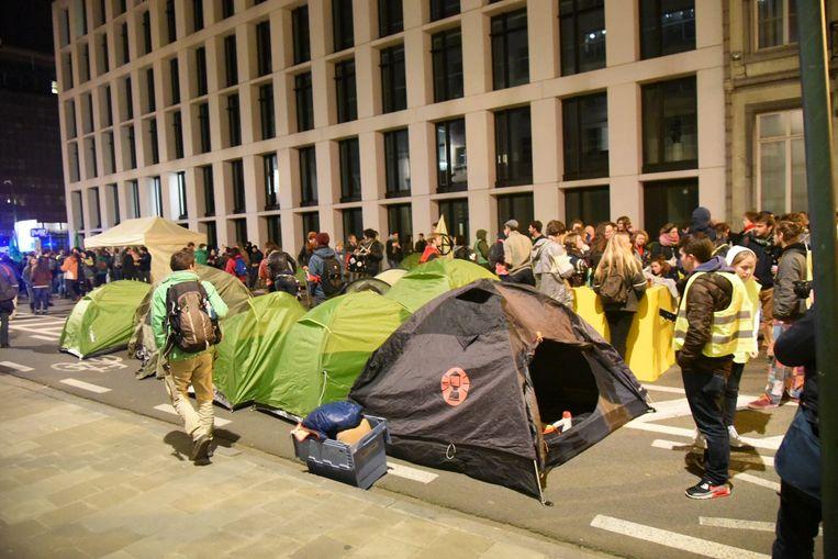 Nadat ze de nacht doorbrachten in de Brusselse Wetstraat, verhuisden de klimaatactivisten vanmorgen naar het Troonplein.